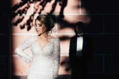 ευτυχής εκλεκτής ποιότητας γάμος ημέρας ζευγών ιματισμού Ένα νέο, συμπονετικό ζεύγος strolling γύρω από την πόλη και τοποθέτηση σ Στοκ φωτογραφία με δικαίωμα ελεύθερης χρήσης