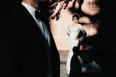ευτυχής εκλεκτής ποιότητας γάμος ημέρας ζευγών ιματισμού Ένα νέο, συμπονετικό ζεύγος strolling γύρω από την πόλη και τοποθέτηση σ Στοκ Φωτογραφίες