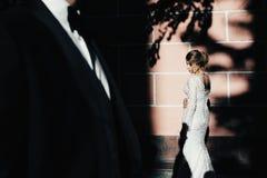 ευτυχής εκλεκτής ποιότητας γάμος ημέρας ζευγών ιματισμού Ένα νέο, συμπονετικό ζεύγος strolling γύρω από την πόλη και τοποθέτηση σ Στοκ εικόνες με δικαίωμα ελεύθερης χρήσης