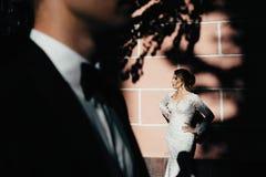 ευτυχής εκλεκτής ποιότητας γάμος ημέρας ζευγών ιματισμού Ένα νέο, συμπονετικό ζεύγος strolling γύρω από την πόλη και τοποθέτηση σ Στοκ Εικόνα