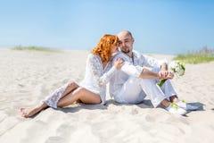 ευτυχής εκλεκτής ποιότητας γάμος ημέρας ζευγών ιματισμού ευτυχείς νεολαίες αγάπης ζευγών τροπικός γάμος νεόνυμφων νυφών παραλιών Στοκ Φωτογραφίες