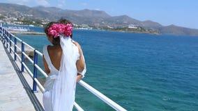 ευτυχής εκλεκτής ποιότητας γάμος ημέρας ζευγών ιματισμού Τα ευτυχή newlyweds στέκονται στον περίπατο προκυμαιών απόθεμα βίντεο