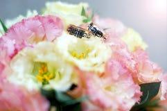 ευτυχής εκλεκτής ποιότητας γάμος ημέρας ζευγών ιματισμού Στοκ Εικόνα