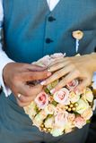 ευτυχής εκλεκτής ποιότητας γάμος ημέρας ζευγών ιματισμού Στοκ φωτογραφίες με δικαίωμα ελεύθερης χρήσης