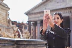 Ευτυχής εκτελεστική γυναίκα που κάνει selfie μπροστά από Pantheon στο ROM στοκ εικόνες