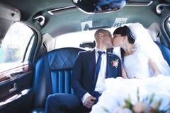 ευτυχής εκλεκτής ποιότητας γάμος ημέρας ζευγών ιματισμού Στοκ Φωτογραφία