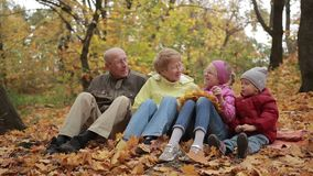 Ευτυχής ελεύθερος χρόνος οικογενειακών εξόδων στο πάρκο φθινοπώρου απόθεμα βίντεο