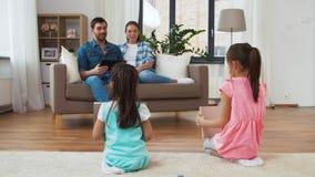 Ευτυχής ελεύθερος χρόνος οικογενειακών εξόδων στο σπίτι απόθεμα βίντεο