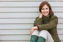 Ευτυχής ελκυστική μέση ηλικίας γυναίκα που χαμογελά έξω στοκ φωτογραφία