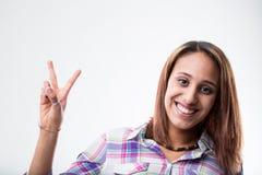 Ευτυχής ενθουσιώδης γυναίκα που κάνει ένα β-σημάδι στοκ εικόνες