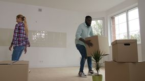 Ευτυχής ενωμένη οικογένεια που κινείται προς το νέο αγορασμένο σπίτι απόθεμα βίντεο