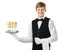 Ευτυχής εξυπηρετώντας σαμπάνια σερβιτόρων χαμόγελου σε έναν δίσκο στοκ εικόνα