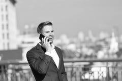 Ευτυχής επικοινωνία smartphone χρήσης χαμόγελου επιχειρηματιών, υπόβαθρο οριζόντων Το άτομο στον επιχειρηματία κοστουμιών εκμεταλ στοκ φωτογραφίες με δικαίωμα ελεύθερης χρήσης