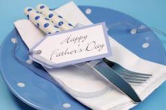 Ευτυχής επιτραπέζια θέση ημέρας πατέρων που θέτει κοντά επάνω στοκ εικόνες