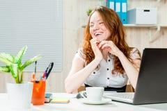 Ευτυχής επιτυχής επιχειρησιακή γυναίκα στην αρχή Στοκ Εικόνες
