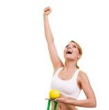Ευτυχής επιτυχής ζυγός γυναικών απομονωμένη λευκή γυναίκα βάρους κορμών μέτρου απώλειας Στοκ φωτογραφία με δικαίωμα ελεύθερης χρήσης