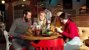 Ευτυχής επιχείρηση που παίρνει selfie τρώγοντας το νόστιμο γρήγορο φαγητό στον καφέ απόθεμα βίντεο