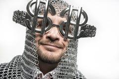 Ευτυχής, επιχειρηματίας με μεσαιωνικός executioner στο μέταλλο και ασήμι Στοκ Εικόνες