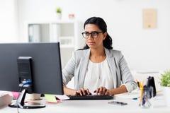 Ευτυχής επιχειρηματίας με τον υπολογιστή στο γραφείο Στοκ φωτογραφία με δικαίωμα ελεύθερης χρήσης