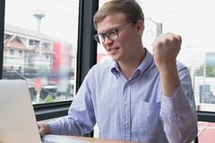 Ευτυχής επιχειρηματίας ευτυχής με το επιτυχές πρόγραμμα στον εργασιακό χώρο εσείς Στοκ φωτογραφία με δικαίωμα ελεύθερης χρήσης