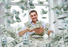 Ευτυχής επιχειρηματίας με το σωρό των χρημάτων Στοκ Εικόνες