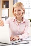 Ευτυχής επιχειρηματίας με το φορητό προσωπικό υπολογιστή στο γραφείο Στοκ Φωτογραφίες