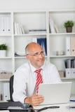 Ευτυχής επιχειρηματίας με το lap-top Στοκ Φωτογραφία