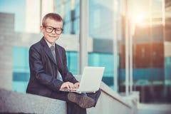 Ευτυχής επιχειρηματίας παιδιών με το lap-top Στοκ Εικόνα