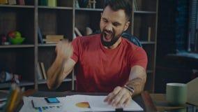 Ευτυχής επιχειρηματίας που ακούει τις καλές ειδήσεις Συγκινήσεις του νεαρού άνδρα από την επιχειρησιακή επιτυχία φιλμ μικρού μήκους