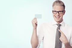 Ευτυχής επιχειρηματίας που δείχνει το δάχτυλο στην κενή κάρτα. Στοκ Εικόνες