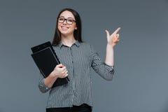 Ευτυχής επιχειρηματίας που δείχνει το δάχτυλο μακριά Στοκ Φωτογραφία