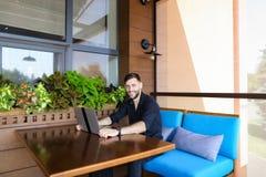 Ευτυχής επιχειρηματίας που εξετάζει τη κάμερα που λειτουργεί με το lap-top και τη συζήτηση Στοκ Φωτογραφία