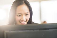 Ευτυχής επιχειρηματίας που εξετάζει τον υπολογιστή Στοκ Εικόνα