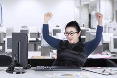 Ευτυχής επιχειρηματίας που εξετάζει τον υπολογιστή Στοκ εικόνα με δικαίωμα ελεύθερης χρήσης