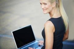 Ευτυχής επιχειρηματίας που εργάζεται έξω Στοκ Εικόνες