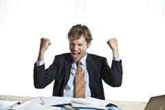 Ευτυχής επιχειρηματίας που κάνει ένα αποτέλεσμα Στοκ εικόνες με δικαίωμα ελεύθερης χρήσης