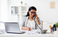 Ευτυχής επιχειρηματίας που καλεί το τηλέφωνο στο γραφείο Στοκ Εικόνες