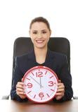 Ευτυχής επιχειρηματίας που κρατά ένα ρολόι Στοκ Φωτογραφία