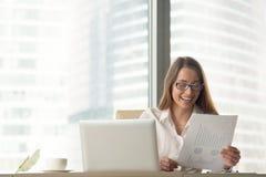 Ευτυχής επιχειρηματίας που κρατά την οικονομική έκθεση, που απολαμβάνει την επιχείρηση s στοκ εικόνες