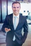 Ευτυχής επιχειρηματίας που κρατά το κινητό τηλέφωνο Στοκ Φωτογραφία