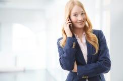 Ευτυχής επιχειρηματίας που μιλά στο κινητό τηλέφωνο Στοκ εικόνες με δικαίωμα ελεύθερης χρήσης