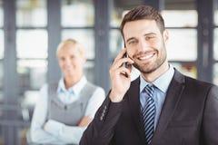 Ευτυχής επιχειρηματίας που μιλά στο κινητό τηλέφωνο Στοκ Φωτογραφία