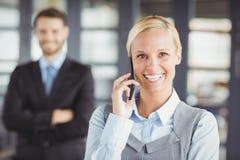 Ευτυχής επιχειρηματίας που μιλά στο κινητό τηλέφωνο Στοκ Εικόνα