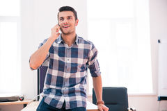 Ευτυχής επιχειρηματίας που μιλά στο τηλέφωνο στην αρχή Στοκ Φωτογραφίες