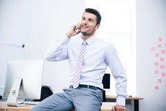 Ευτυχής επιχειρηματίας που μιλά στο τηλέφωνο στην αρχή Στοκ Εικόνες