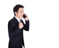 Ευτυχής επιχειρηματίας που μιλά στο smartphone που απομονώνεται στο λευκό Στοκ εικόνες με δικαίωμα ελεύθερης χρήσης