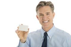 Ευτυχής επιχειρηματίας που παρουσιάζει κενή επαγγελματική κάρτα Στοκ φωτογραφία με δικαίωμα ελεύθερης χρήσης