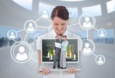 Ευτυχής επιχειρηματίας που παρουσιάζει lap-top με τους επιχειρηματίες σε το Στοκ φωτογραφίες με δικαίωμα ελεύθερης χρήσης