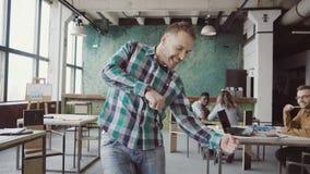 Ευτυχής επιχειρηματίας που περπατά μέσω του σύγχρονου γραφείου και που κάνει τον τρελλό χορό Το άτομο στην εύθυμη διάθεση χαιρετά απόθεμα βίντεο