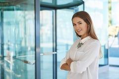 Ευτυχής επιχειρηματίας που στέκεται με τα διπλωμένα όπλα Στοκ Φωτογραφία